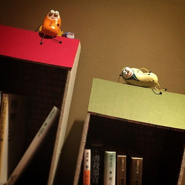 「本が好きすぎてほんとうに本の虫になってしまった人々、りーでぃんぐばぐず」神楽坂の『bar英』にて展示販売中です。ハウスタイプの文庫本専用本棚。本棚というより本箱。中の壁紙は本棚柄。屋根の本の虫があなたを見守ります。bar英tabelog.com/tokyo/A1309/A1…#本好き #本 #読書 #本の虫 #readingbugs #book #本棚 #読書好き #文庫本 #神楽坂